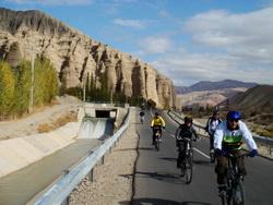 دوچرخه سواری خمده به انزاها در کنار کانال آب شیرین
