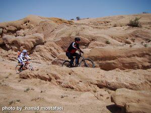 دوچرخه سواری در میان صخره های خاص منطقه سهیلیه